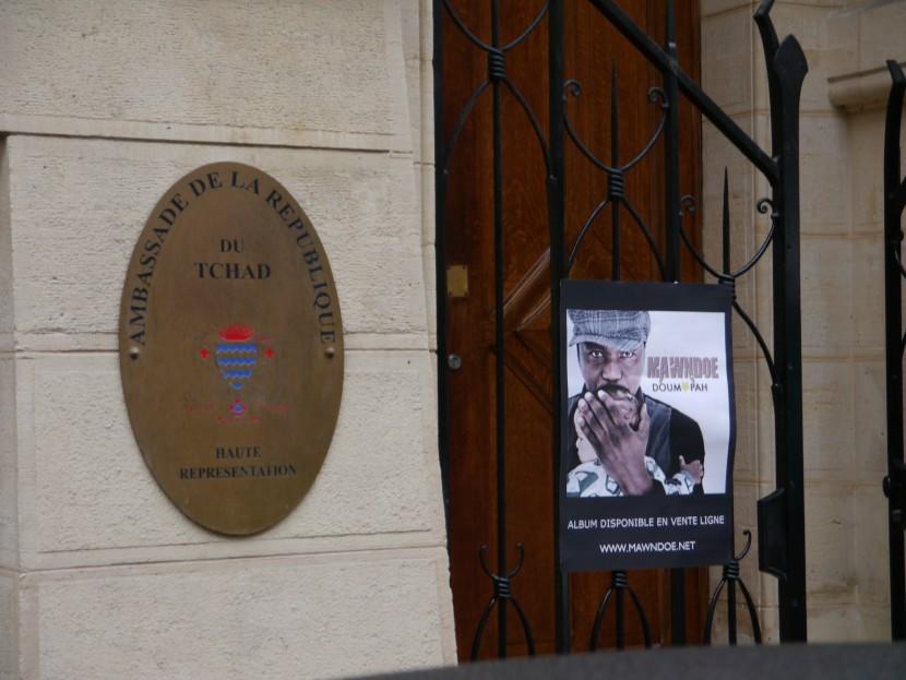Affiche devant ambassade